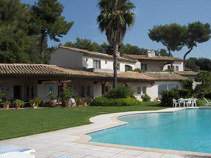 Una villa con piscina sogno degli italiani - Immagini ville con piscina ...