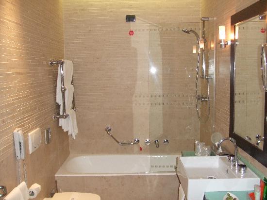 Bagno moderno ed accogliente for Bagni arredati immagini