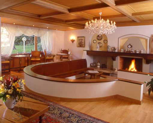 Moderno salotto del camino del hotel muhle mayer for Salotto con camino arredamento