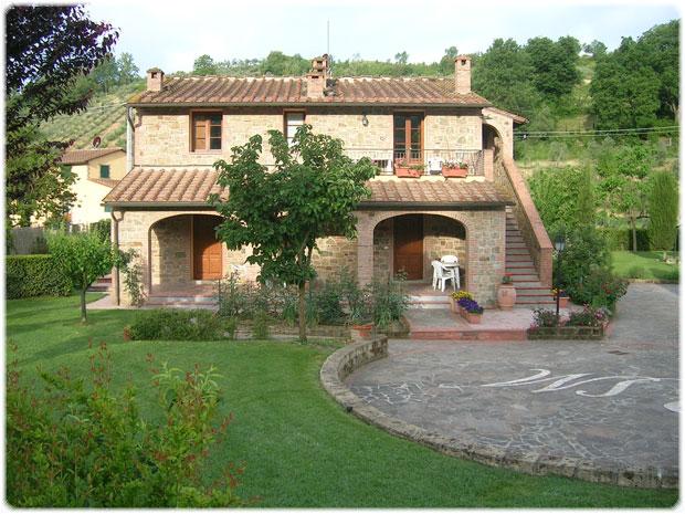 Una casa in toscana nel verde smeraldo con paesaggi for Arredo casa montaione