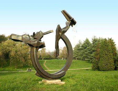 Moderna scultura in un parco cittadino di torino for Casa moderna torino