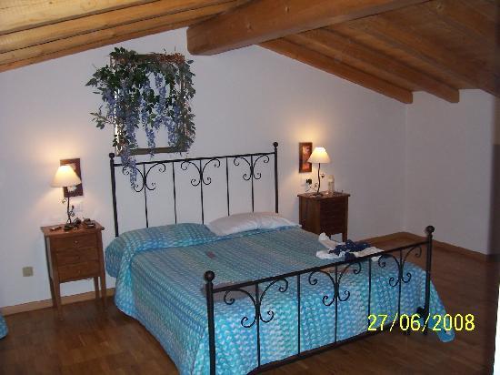 Camera da letto collocata in graziosa mansarda - Camera da letto in mansarda ...
