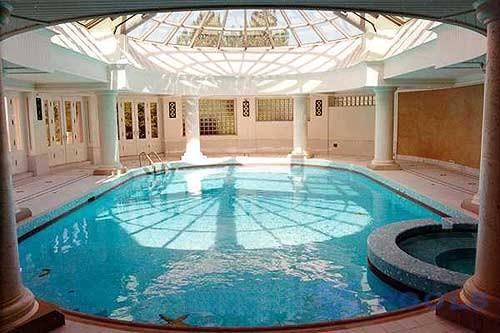 Moderna piscina ideale per il quieto vivere - Piscina interna casa ...