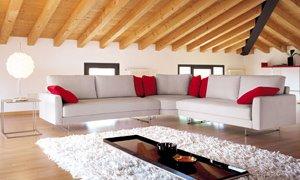 Moderno e rivoluzionario salotto realizzato in mansarda for Arredamento moderno mansarda