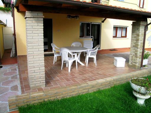 Moderna ed innovativa casa con giardino for Piccoli piani casa moderna casetta