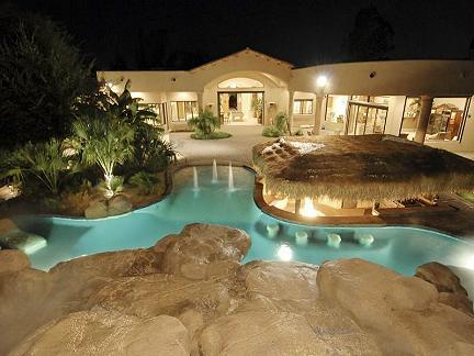 Eccentrica villa con piscina for Ville moderne con piscina