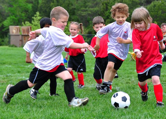 I bambini che giocano indicano l 39 alba del nuovo giorno for Grandi bambini giocano a casa