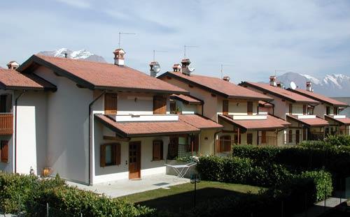 Una moderna successione di villette a schiera denota una for Dimensioni finestre velux nuova costruzione