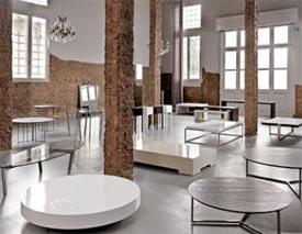Successione ordinata di tavolini con moderne poltronesof - Tavolini poltrone sofa ...
