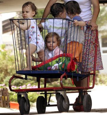bambini nel carrello della spesa large