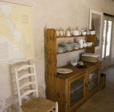 Mensola antica per esporre i piatti
