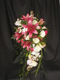 Come realizzare un bouquet da sposa di rose e gigli a for Come costruire un mazzo di 2 piani