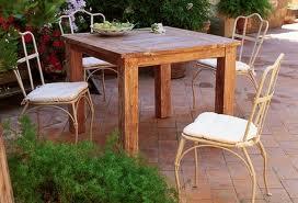 Come pulire i tavoli di teak - Notizie.it