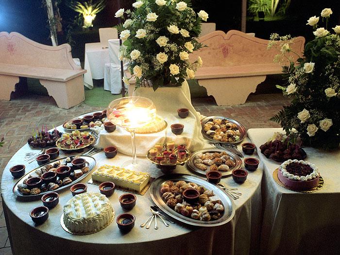 ... di dessert deliziosi. Un buffet di dolci è ideale per una coppia