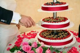 ... per decorare la torta nuziale la frutta fresca riempe la torta di