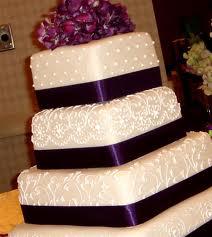 Torta nuziale decorata con nastri