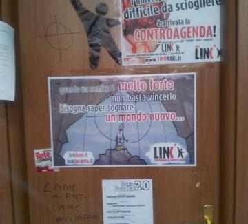 la porta con scritte fasciste croci e svastiche foto 5631 1