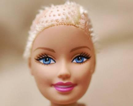 Una barbie calva per le bambine malate di cancro - Barbie senza colore ...