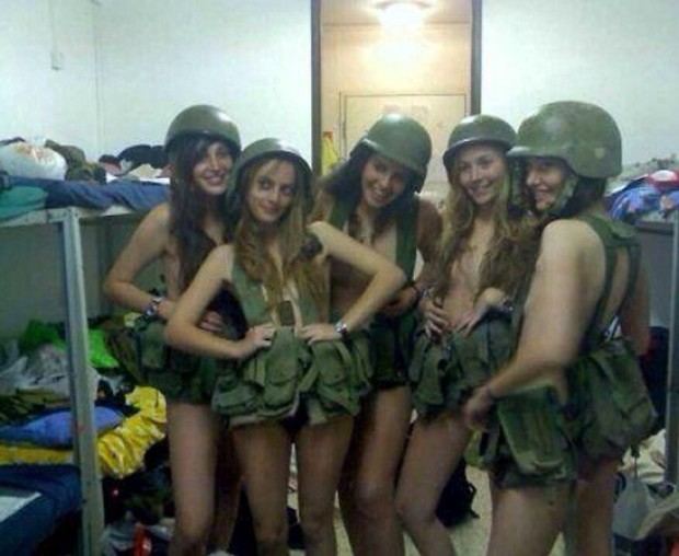 Le foto delle soldatesse finita su Facebook