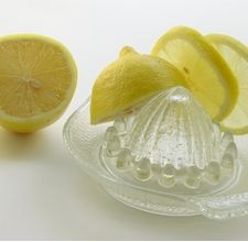 Schiarire i capelli con acqua ossigenata e succo di limone