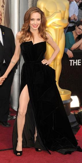Angiolina Jolie: alla Notte degli Oscar 2012 indossa scarpe Salvatore Ferragamo.
