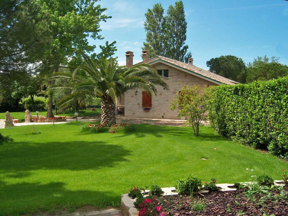 Bella villetta con colori nuovi di piante e fiori - Foto di ville con giardino ...