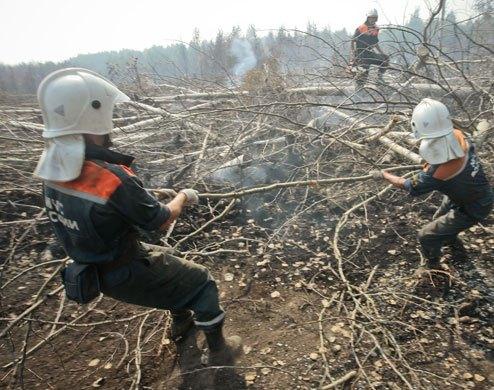 Pompieri tentano di domare le fiamme