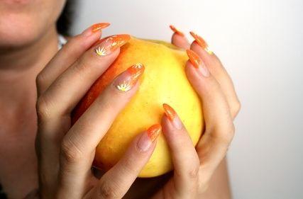 La ragione di deformazione di unghie su fotografia passa un fungo