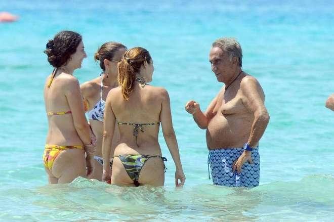 Molto Emilio Fede s'intrattiene con 3 ragazze al mare - Notizie.it FF53