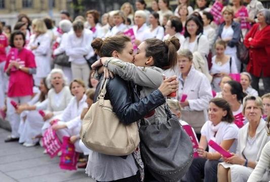Il bacio lesbo che fa scandalo durante manifestazione anti gay, la foto fa il giro del web