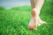benessere a piedi nudi nell'erba fresca