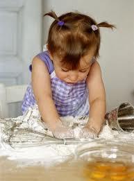 bima intenta nel lavoro creativo in cucina