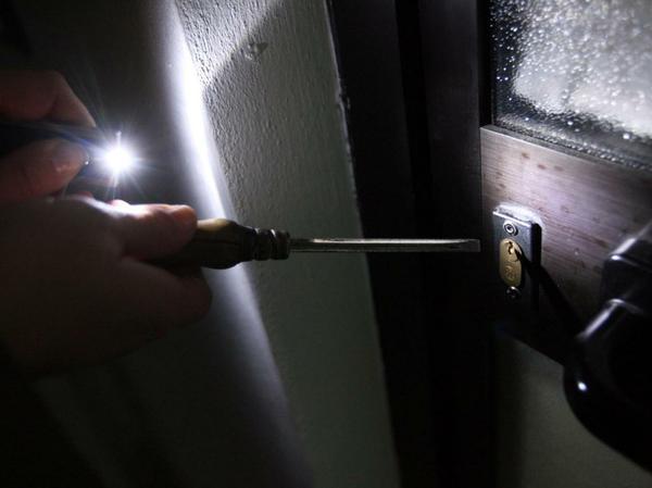 ladro che forza una porta