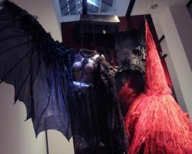 """A lcuni abiti di scena esposti nella sezione """"Il costume e la donna vampiro"""" alla Triennale di Milano"""