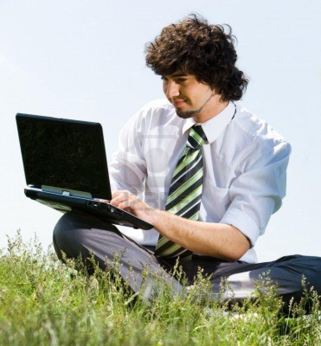 3228360-ritratto-di-giovane-uomo-d-39-affari-facendo-il-lavoro-svolto-al-computer-nel-parco