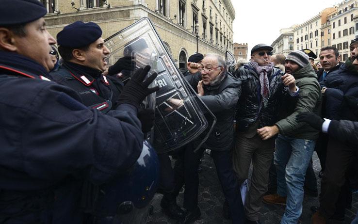 san raffaele roma proteste 04