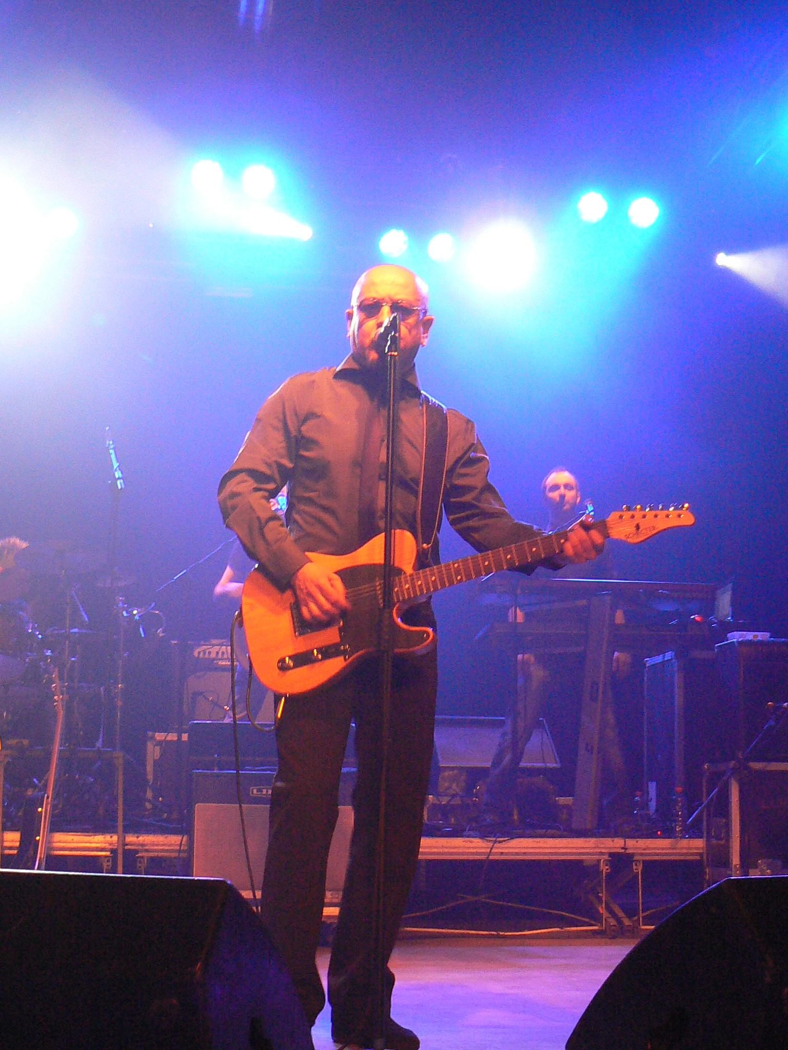 Il popolare cantautore durante una fase del concerto presso I Magazzini Generali di Milano