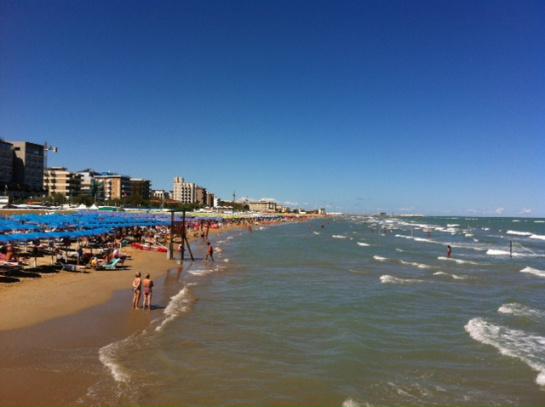 Fotografano bambini in spiaggia, litigio tra genitori e turisti