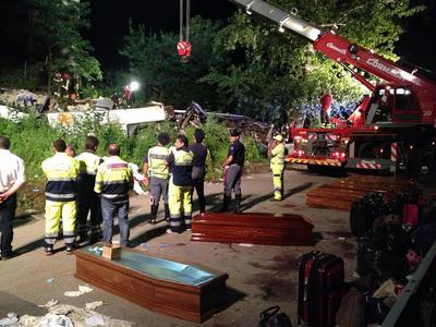 Irpinia, bus precipita in scarpata: 39 morti, 11 feriti