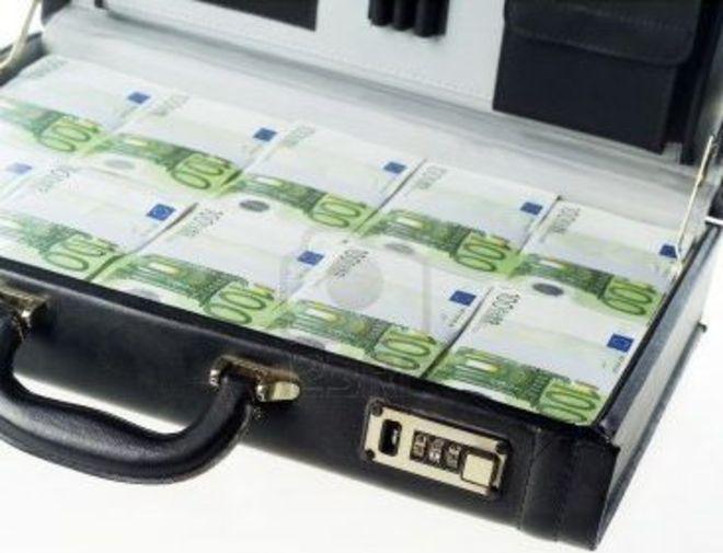 20130627 c2 12303335 valigetta con i soldi isolato su sfondo bianco