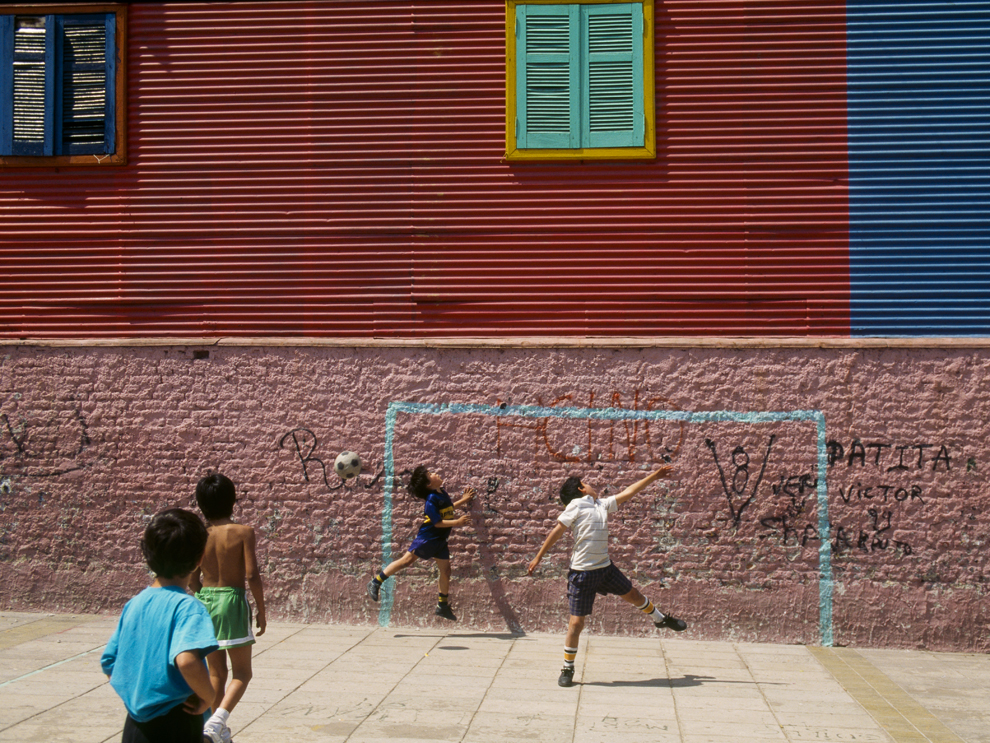 Bimbi giocano a calcio