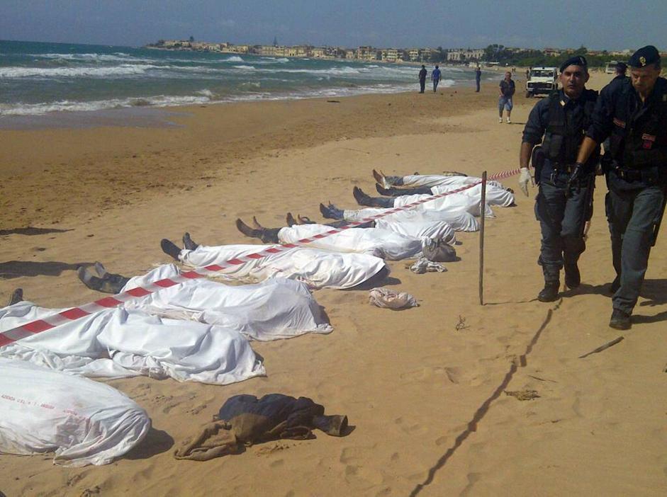Ragusa sbarco tragico morti 13 immigrati annegati davanti alla spiaggia 4