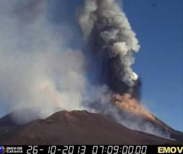 Etna: colonna cenere lavica alta diversi chilometri
