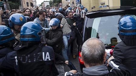 die einwohner der stadt albano laziale protestieren gegen die trauerfeier fuer erich priebke