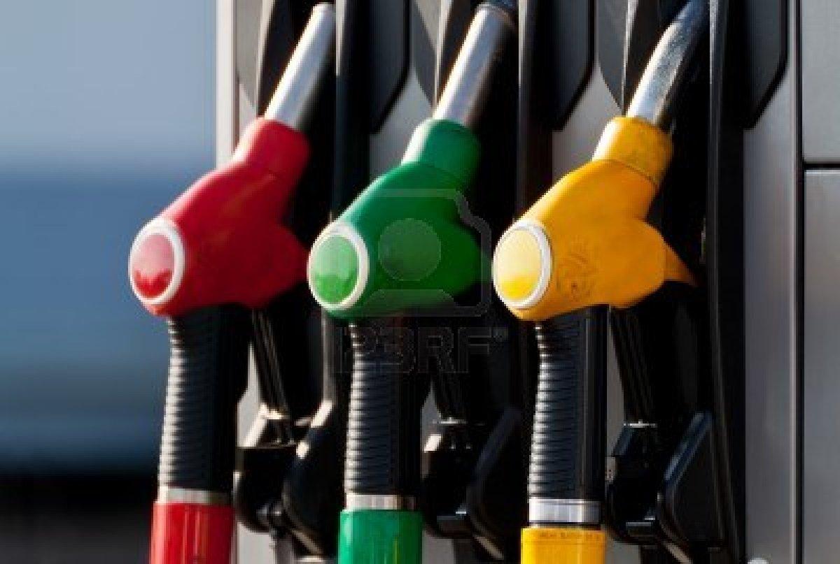 12754592 dettaglio della pompa di benzina verde giallo e rosso