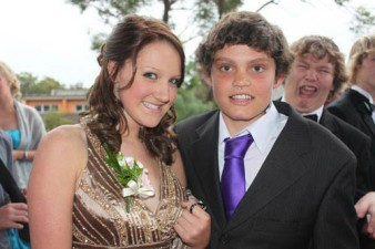 funny-prom-photo-laugh-photbomb