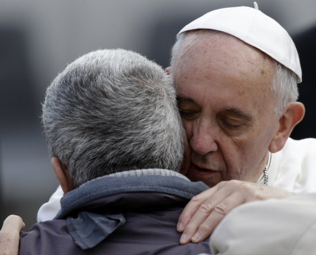 papa-francesco-abbraccio