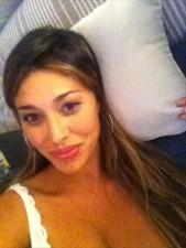 xl belen autoscatto sul letto e viene criticata