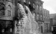 Alcolici Illegali riversati in strada durante il proibizionismo, Detroit, 1929