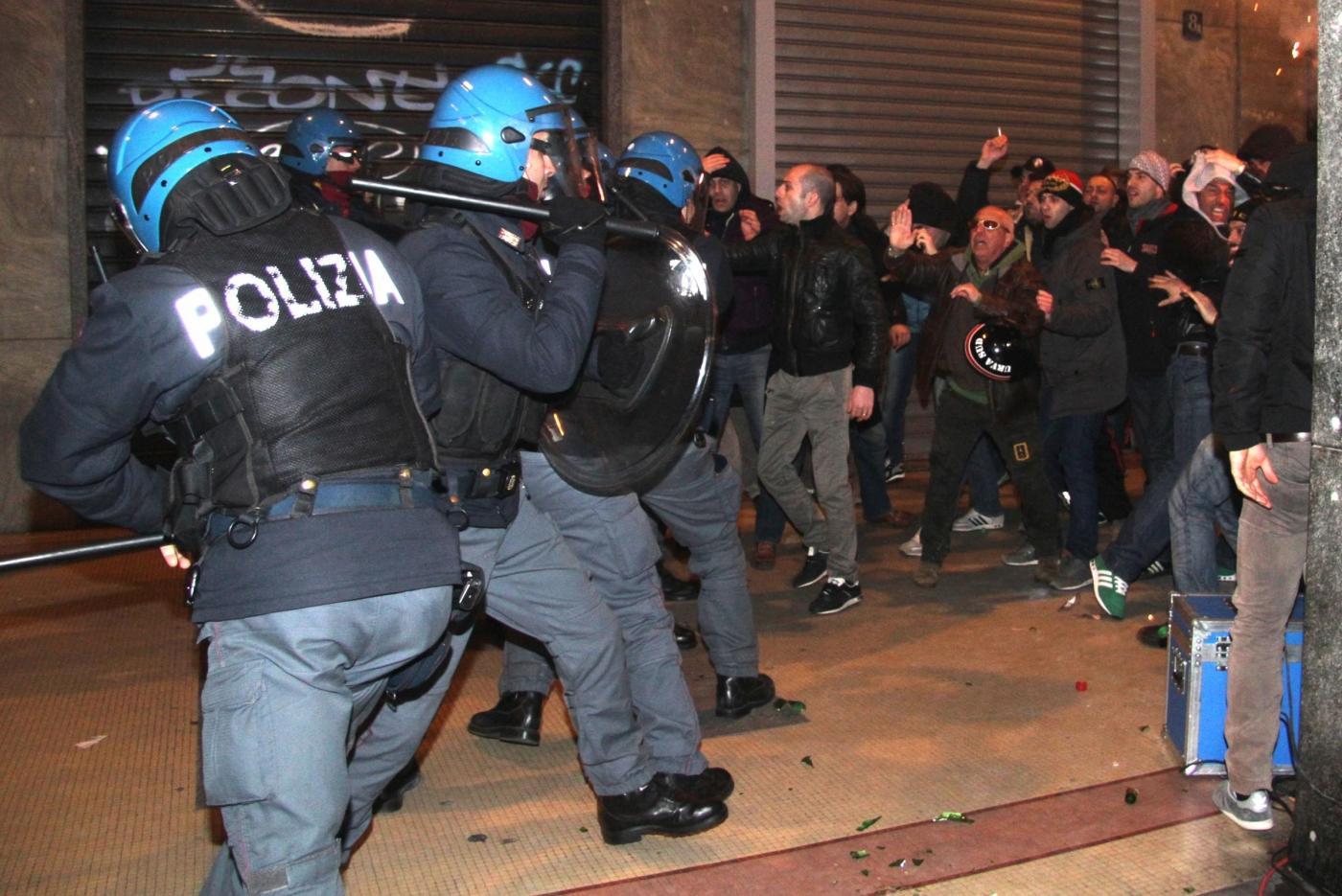 Balotelli, scontri tra polizia e tifosi davanti al ristorante